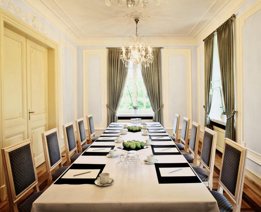 Im Blauen Salon im Redoute können Sie stilvoll tagen oder anspruchsvolle Tagungen abhalten.