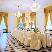 Der gelbe Salon im Redoute ist sehr elegant und liegt im Erdgeschoss grenzt unmittelbar an den Beethovensaal und ist für Tagungen, festliche Galas und Dinners bestens geeignet.