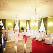 Der einladende Grüne Salon im ersten Obergeschoss mit seinen ausgefallen Parkettboden und dem offenen Kamin ist für feierliche Events prädestiniert.
