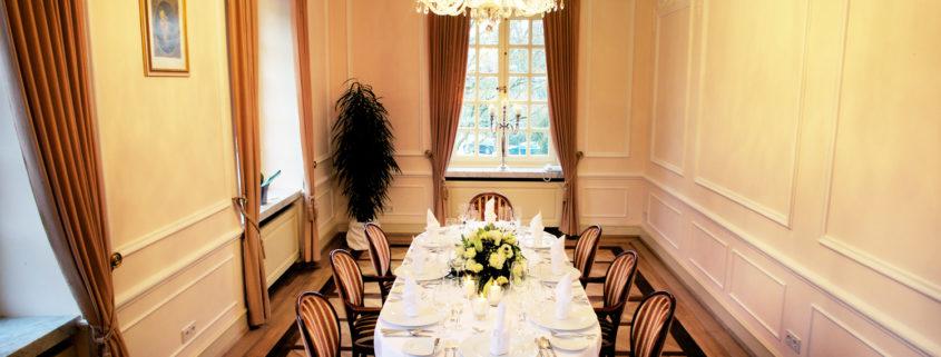 Wer im kleinen Kreis dinieren möchte, wer im ansprechenden Interieur Gespräche führen möchte, der findet im Rosa Salon im ersten Obergeschoss das ideale Ambiente.