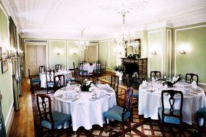 Der Grüne Salon mit wunderschönen Parkettboden und offenen Kamin